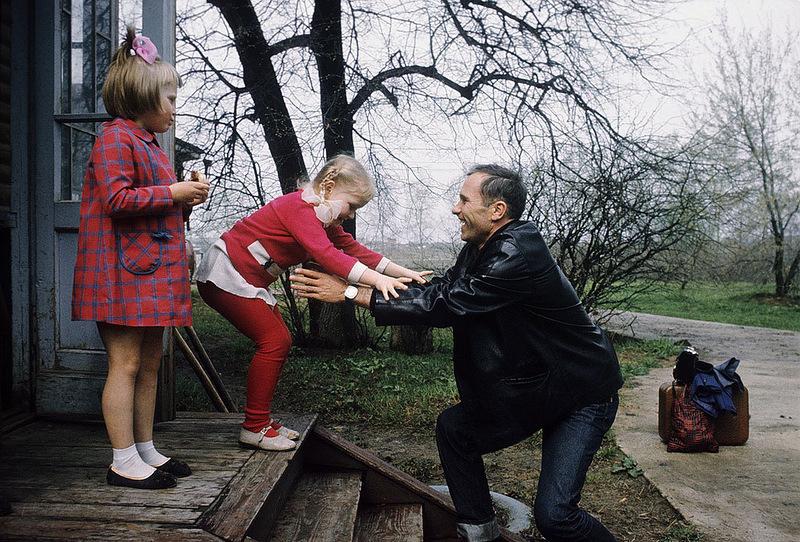 1030 Василий Шукшин с дочерьми Олей и Машей.jpg