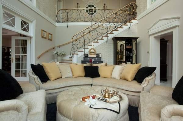 Интерьер гостиной в частном доме с кованой лестницей - фото 2017