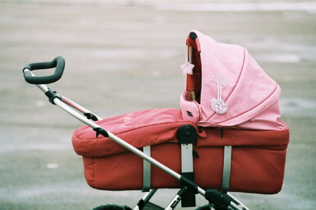 Школота бросила петарду в коляску с младенцем