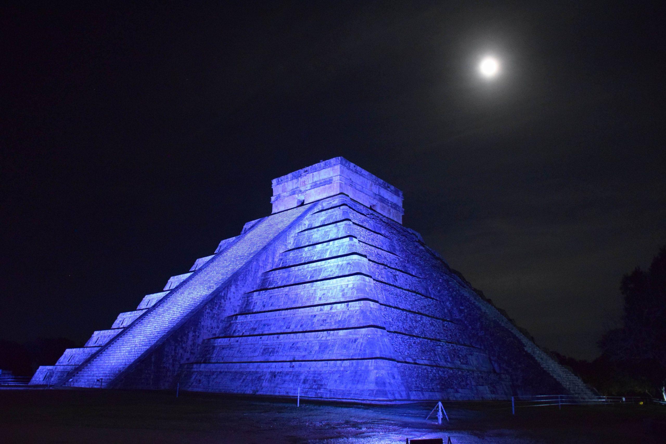 Чичен-Ица ночью