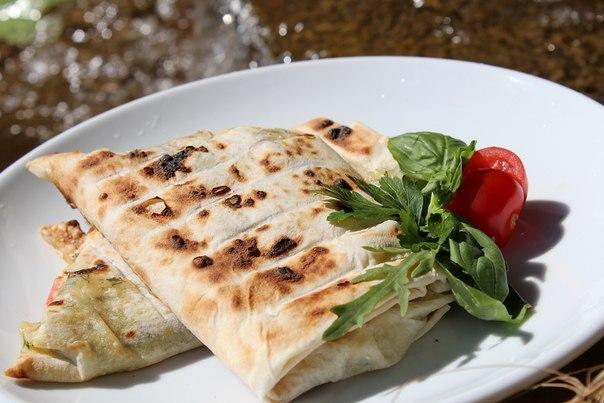 Лаваш с сыром, зеленью и помидорами на мангале