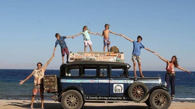 Аргентинская семья 17 лет колесит по миру на винтажной машине 1928 года. В дороге родили 4-х детей
