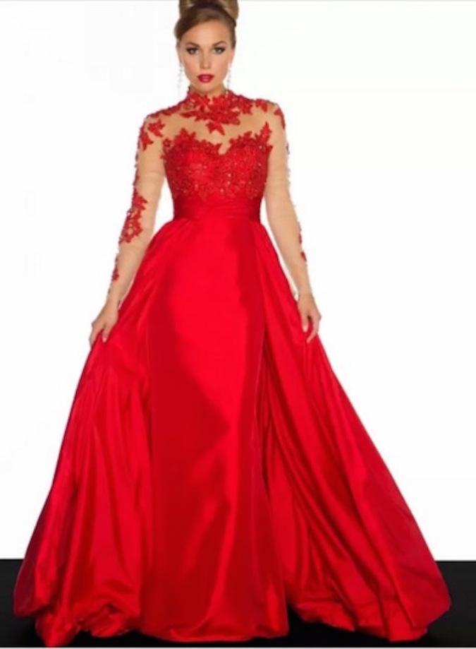 Девушка заказала платье в Интернете