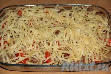 Сыр натереть на крупной тёрке. Посыпать запеканку сыром. Духовку разогреть до 200 градусов. Поставить запеканку в духовку и готовить 15-20 минут.