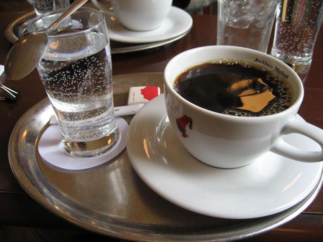 Почему кофе нужно запивать водой?