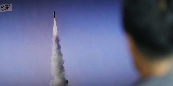 Запущенная Северной Кореей ракета упала в экономической зоне Японии