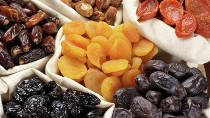 Недобросовестные продавцы нередко замачивают сухофрукты в сахарной воде для увеличения веса. / Фото: ria.ru