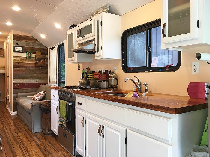 Полноразмерная кухня в доме-автобусе.