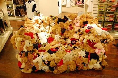 диван из плюшевых мишек