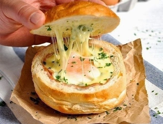 Быстро и без волокиты: Горячие булочки с яйцом, сыром и ветчиной на завтрак