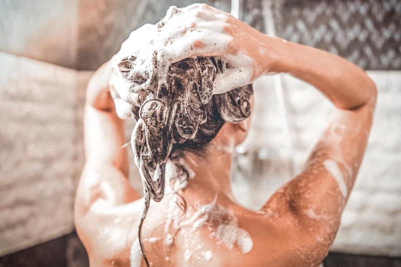 Как бороться с выпадением волос: просто добавьте эти 3 ингредиента в свой шампунь!