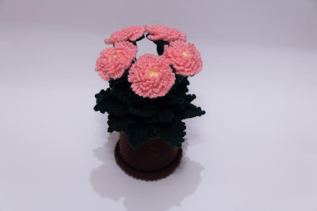 Вязаные цветы в горшочке