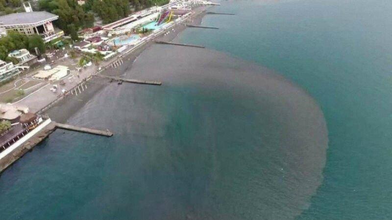 Черное море становится опасным: 50 детей госпитализировано