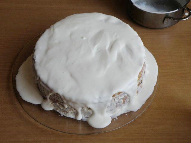 Остатками крема обмазываем торт. пошаговое фото приготовления торта Трухлявый пень