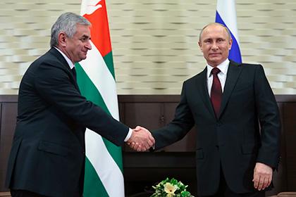 Рауль Хаджимба и Владимир Путин во время подписания договора между РФ и Абхазией