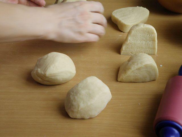 Тесто делим на восемь равных частей. пошаговое фото приготовления торта Трухлявый пень