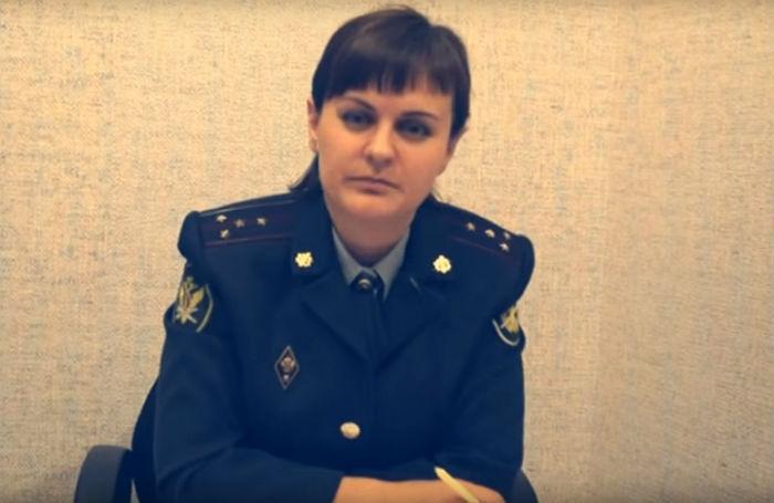 «Была избита руководителем на рабочем месте». В сети обсуждают видеообращение капитана ФСИН