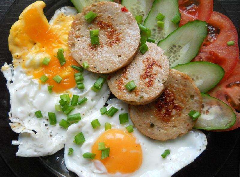 Как сделать вареную колбасу на завтрак своими руками!