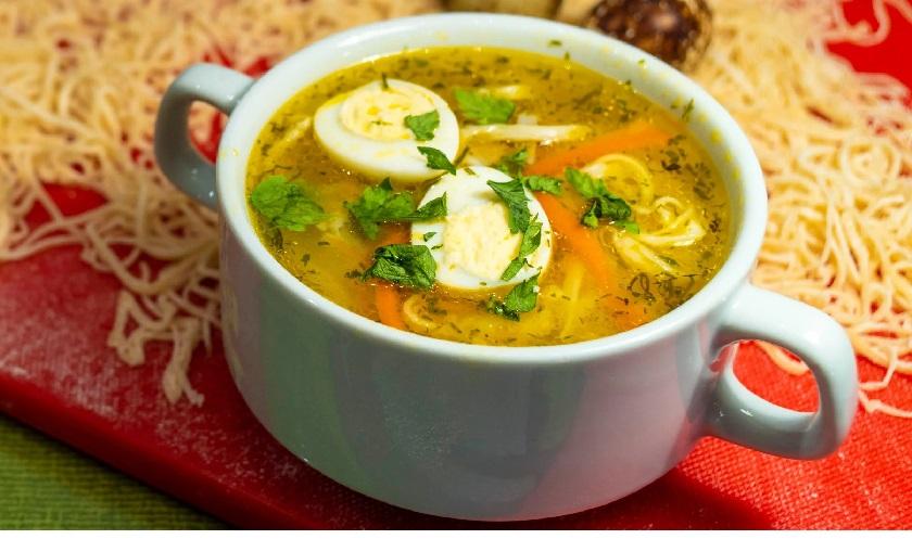 Очень вкусный, легкий и сытный – куриный суп с тонкой домашней лапшой