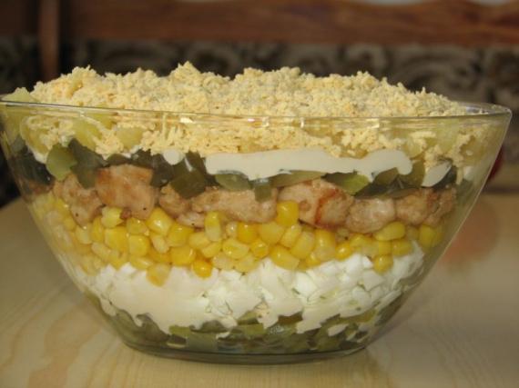 Салат с ананасов и курицы соленым огурцом рецепт