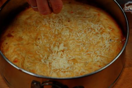 Луковый пирог с куриными яйцами и сыром в духовке: фото шаг 8