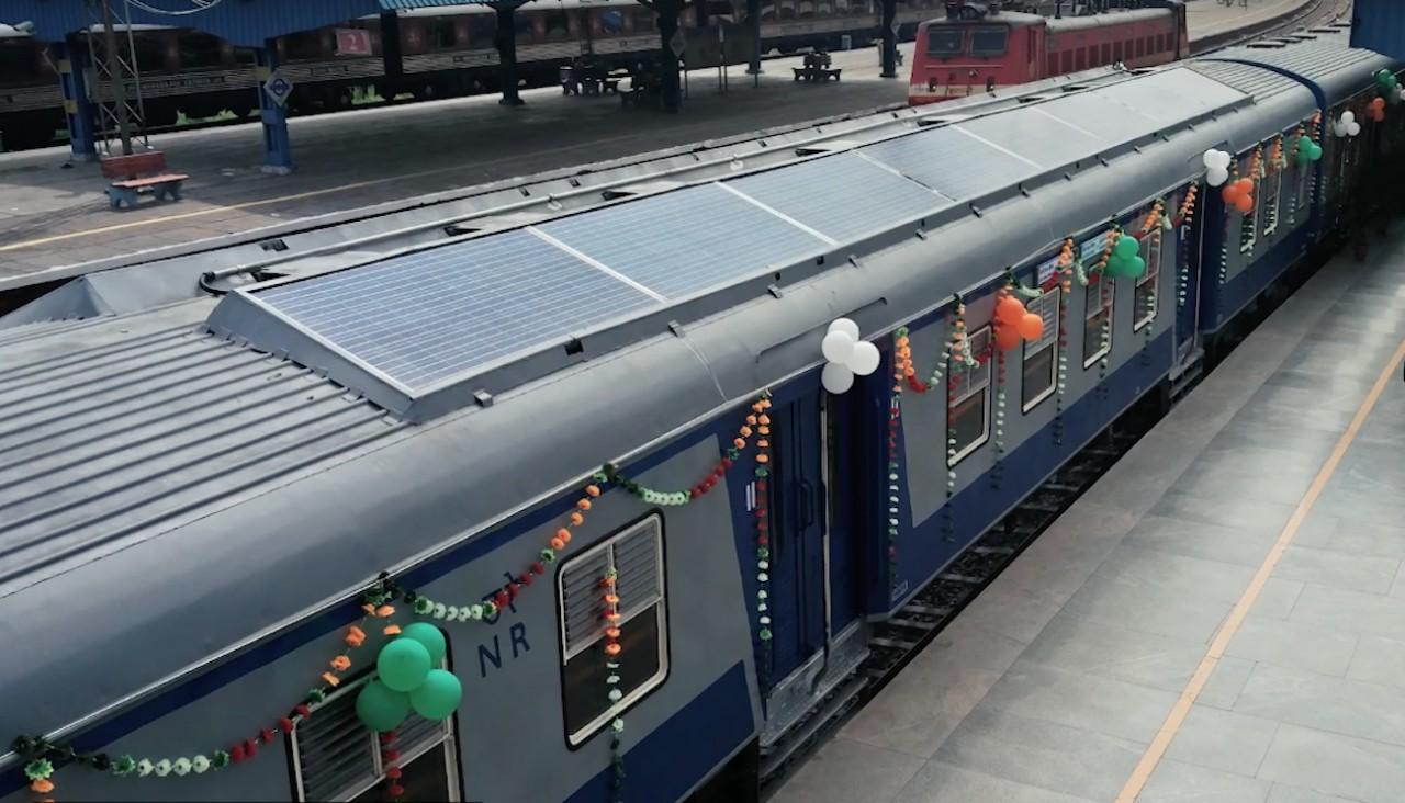 В Индии запустили поезд, почти полностью работающий на солнечных батареях