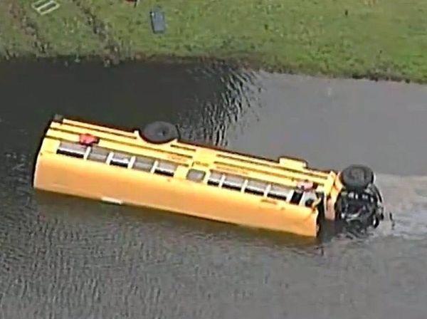 Автобус с 27 детьми упал в озеро с аллигаторами. То, что сделал 10-летний мальчишка просто невероятно!!