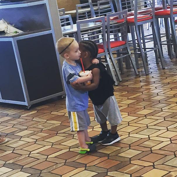 Добрые поступки детей, которые в очередной раз напоминают нам о том, что именно доброта спасет мир