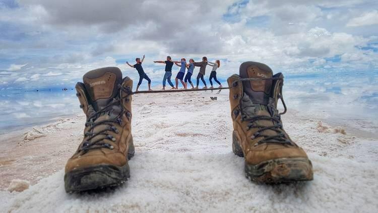 Фото с ботинками – хороший выход, если под рукой не оказалось никаких фигурок