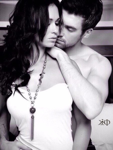 Целуются парень с девушкой.... Улыбнемся))