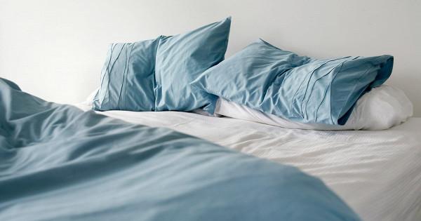 Почему опасно убирать постель сразу после пробуждения