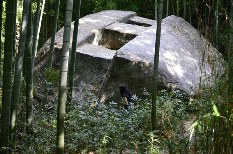 Одним из самых масштабных в парке является монолит Masuda Iwafune, длина которого составляет 11 метров, ширина – 8 метров, а высота – 4,7 метра загадки, интересное, камни, мегалиты, факты, цивилизации