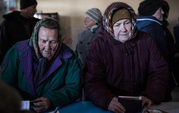 Борьба за выживание: киевские пенсионеры устроили толкучку из-за просрочки на помойке