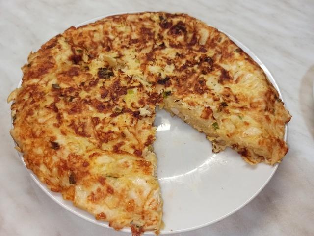 Фото к рецепту: Ленивый пирог из лаваша с курицей и сыром.