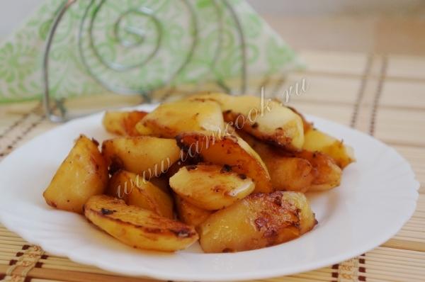 Картофельные дольки, запеченные с чесноком и соевым соусом
