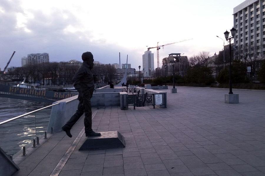 Из моря во Владивостоке вышел иуда Солженицын - идёт на Москву