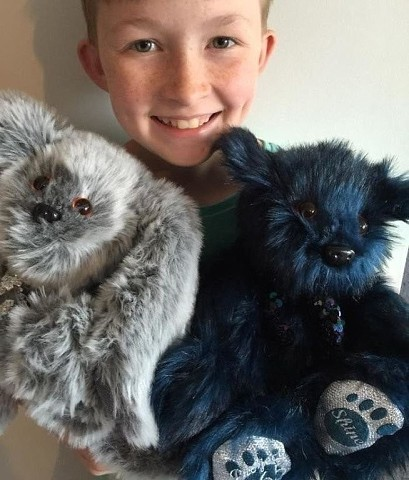 Этому мальчику 12 лет и он научился шить мягкие игрушки. За жизнь он сшил уже более 800 плюшевых зверей (и 450 только за этот год!), но не для себя – он дарит их больным детям по всей стране. Давайте не будем равнодушными и поддержим мальчика!