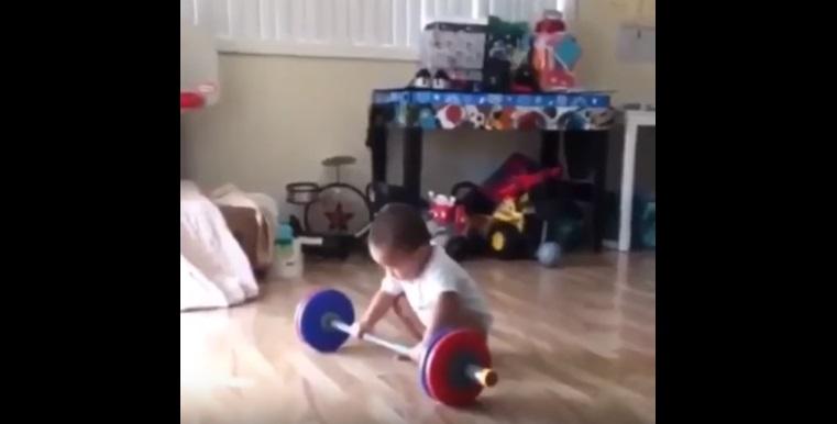 Ему лишь годик, а он поднимает штангу! Будущий Олимпийский чемпион подрастает!