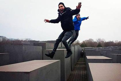 Сатирик совместил селфи у мемориала жертвам Холокоста с документальными кадрами