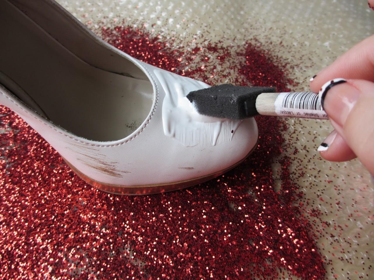 Чем оттереть клей с обуви в домашних условиях