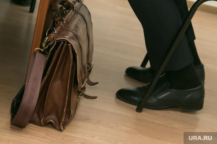 Заседание депутатской комиссии по развитию городского хозяйства. Курган, туфли, ноги, портфель чиновника