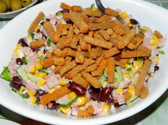 Салат из консервированной кукурузы: простой рецепт, подбор ингредиентов, заправка