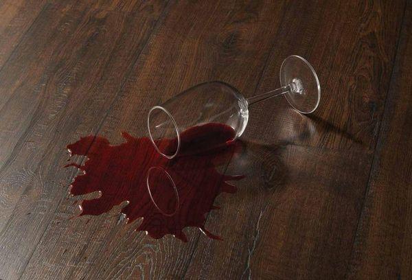 Разлитый бокал с вином
