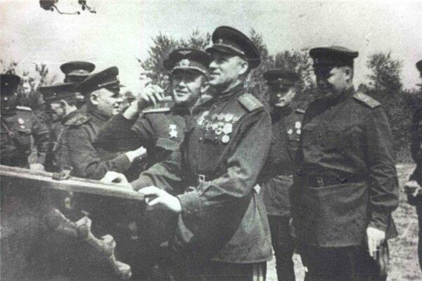 Рокоссовский со своим штабом осматривает подбитую на Курской гуде немецкую технику, фото из открытых ов