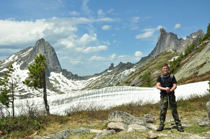 Я на фоне горы Птица и пика Звёздный Ергаки, горы, лето, природа, снег, снег летом