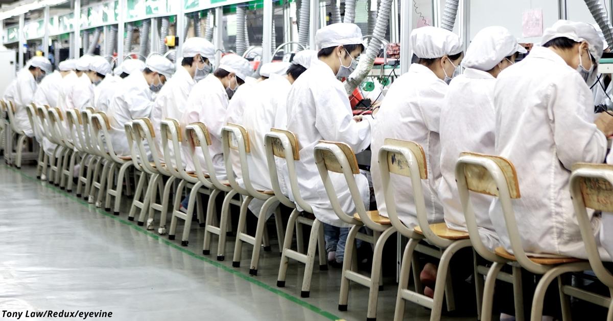Вот как проходит жизнь китайцев, которые собирают для вас айфоны!