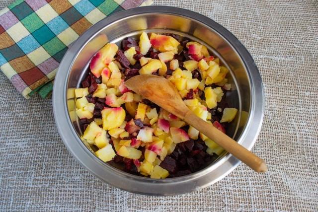 Нарезаем кубиками картофель, сваренный в мундире