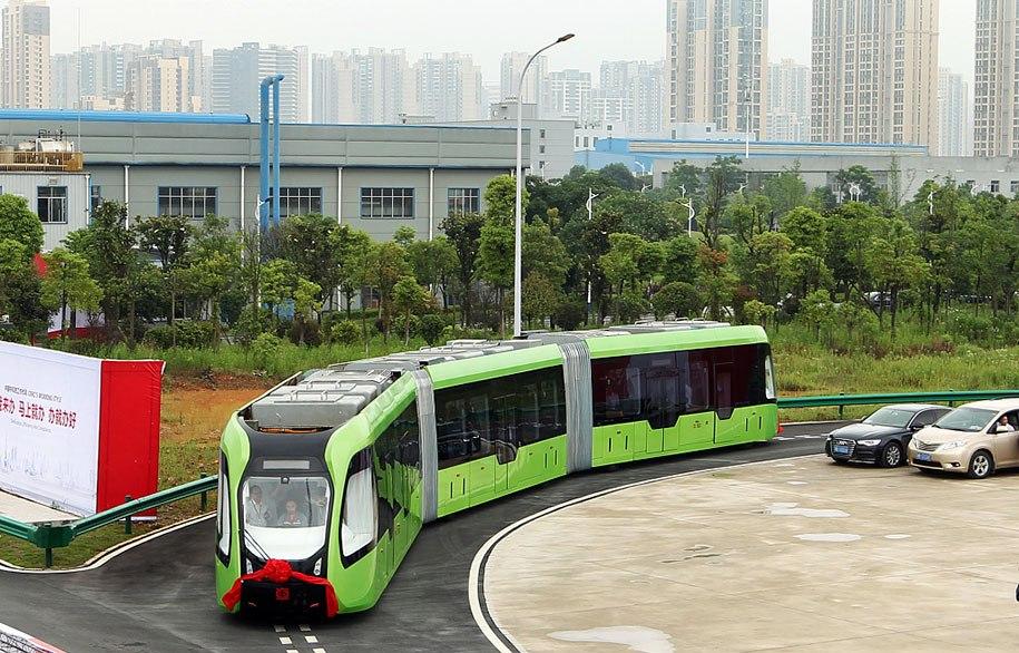 В Китае создали поезд, который вместо рельс использует дорожную разметку