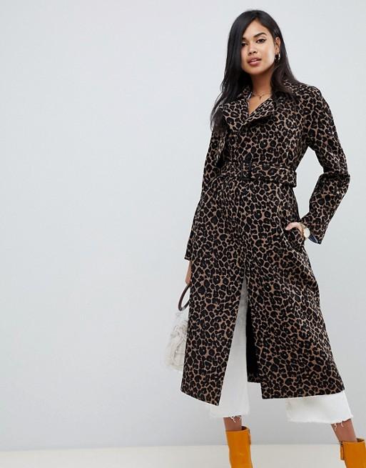 Модель в красивом пальто с леопардовым принтом и поясом