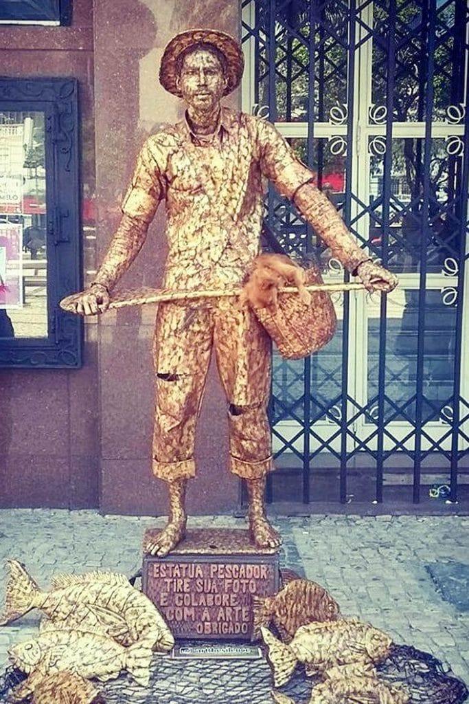 Что-то с этой скульптурой не так! Обратите внимание на корзину с «рыбкой»…